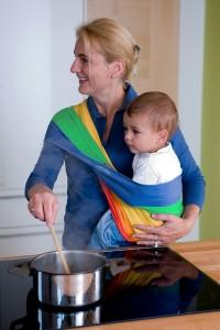 Das Babytuch im Streifendesign im Hüftsitz