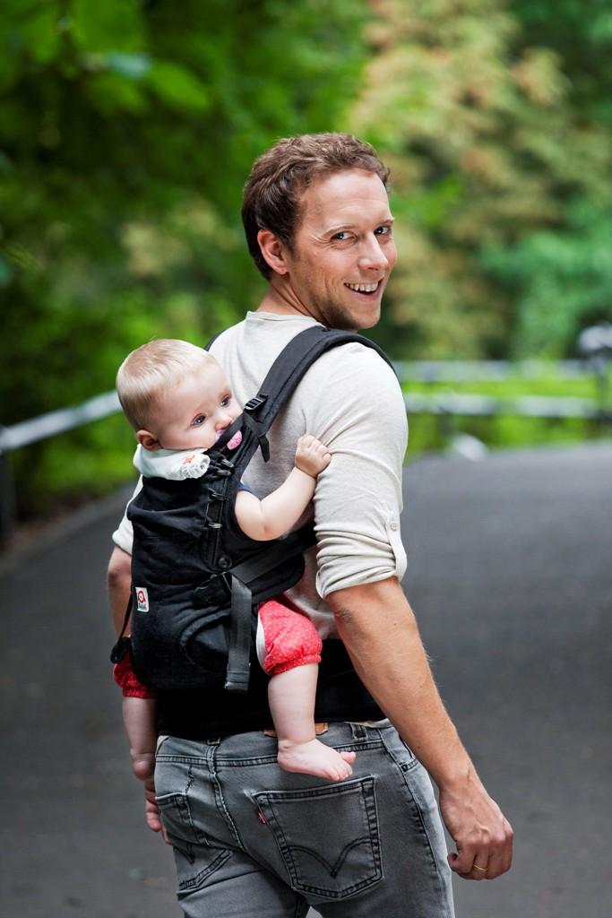 Ruckeli Babytrage auf dem Rücken