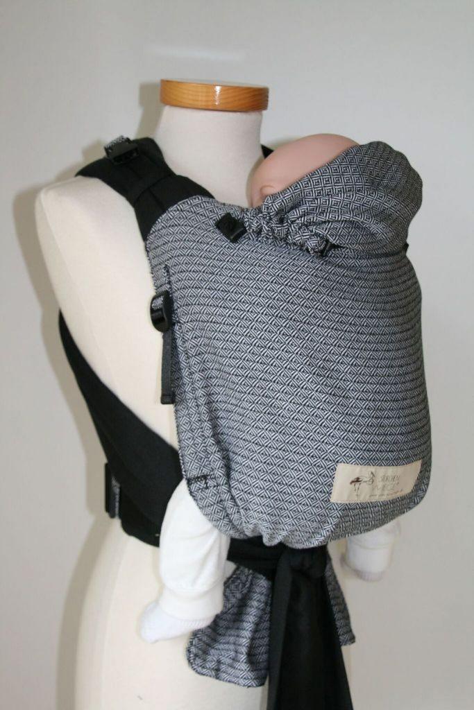 Storchenwiege BabyCarrier schwarz-weiß mit neuem Seitenzug.