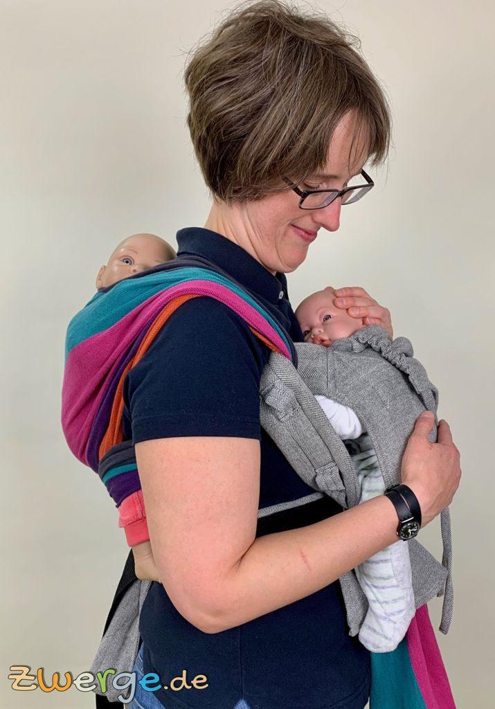 Zwillinge gleichzeitig tragen mit Tragetuch und Babytrage